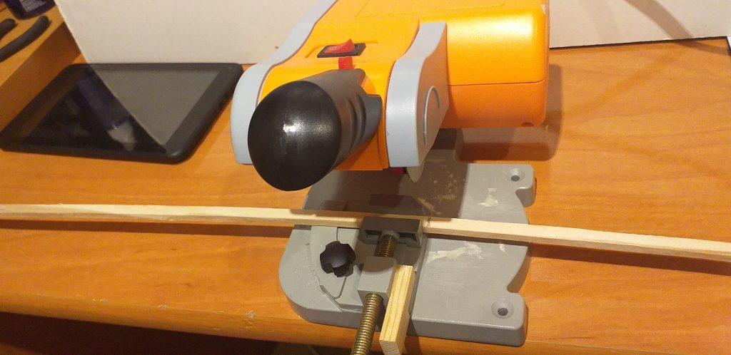 Empezamos cortando los listoncitos de madera que vamos a necesitar
