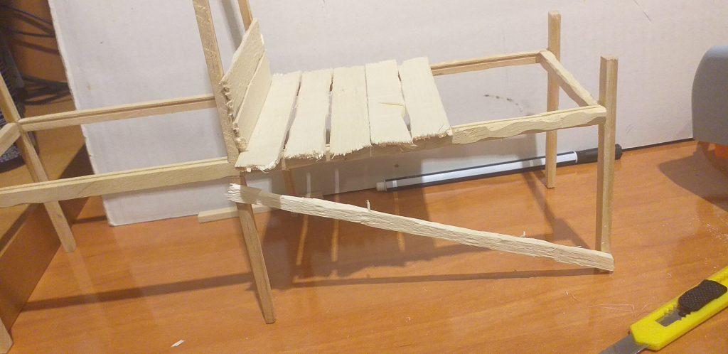 para reforzar las patas de la estructura, añadimos unos palitos de pata a pata